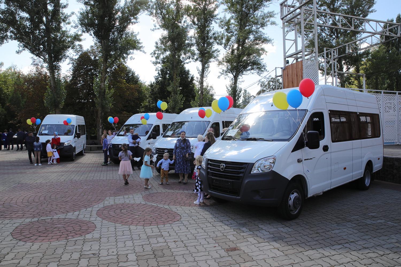 Ключи от микроавтобусов вручены семи большим семьям